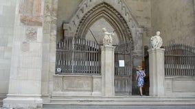 Jonge Vrouwengangen in Gotische Kerk stock footage