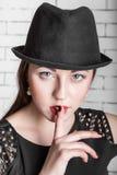 Jonge vrouwengebaren stil, stilte royalty-vrije stock afbeelding