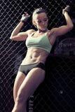 Jonge vrouwengeschiktheid in het kickboxing van opleidingskooi Stock Fotografie