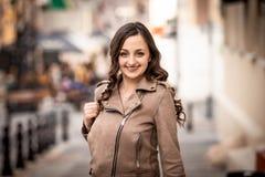 Jonge vrouwenglimlachen gelukkig in de straat stock afbeelding