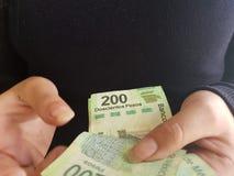 jonge vrouwenhanden die Mexicaanse rekeningen tellen Stock Fotografie