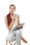 Jonge vrouwenholding sketchbook en pensil Stock Foto