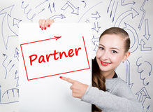Jonge vrouwenholding whiteboard met het schrijven van woord: partner Technologie, Internet, zaken en marketing stock afbeeldingen