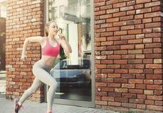 Jonge vrouwenjogging in de ruimte van het stadsexemplaar Royalty-vrije Stock Foto's