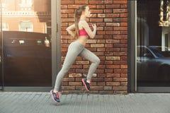 Jonge vrouwenjogging in de ruimte van het stadsexemplaar Royalty-vrije Stock Afbeelding