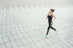 Jonge vrouwenjogging in de ruimte van het stadsexemplaar Royalty-vrije Stock Afbeeldingen