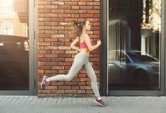 Jonge vrouwenjogging in de ruimte van het stadsexemplaar Stock Afbeeldingen
