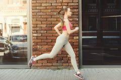 Jonge vrouwenjogging in de ruimte van het stadsexemplaar Royalty-vrije Stock Fotografie