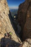 Jonge vrouwenklimmer in het Dolomiet, Sudtirol, Italië Stock Foto's