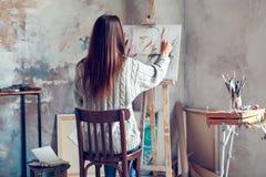 Jonge vrouwenkunstenaar die thuis creatieve persoon schilderen royalty-vrije stock afbeelding