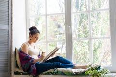 Jonge vrouwenkunstenaar die thuis schilderen royalty-vrije stock afbeeldingen