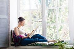 Jonge vrouwenkunstenaar die thuis schilderen royalty-vrije stock foto's