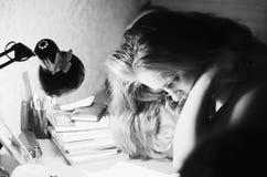 Jonge vrouwenlezing Stock Afbeeldingen