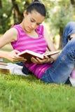 Jonge vrouwenlezing openlucht Stock Foto's
