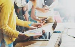 Jonge Vrouwenmedewerker die Grote Economisch besluiten maken Op de markt brengend Team Discussion During Work Process-Zolderburea stock afbeelding