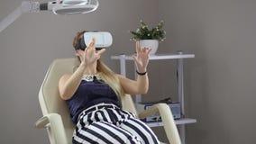 Jonge vrouwenpatiënt in VR-glazen stock videobeelden