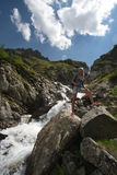 Jonge vrouwenreis met rugzak in berg Stock Foto's