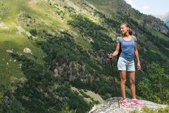 Jonge vrouwenreis met rugzak in berg Stock Foto
