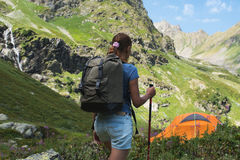 Jonge vrouwenreis met rugzak in berg Stock Afbeeldingen