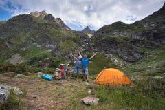 Jonge vrouwenreis met rugzak in berg Royalty-vrije Stock Afbeeldingen