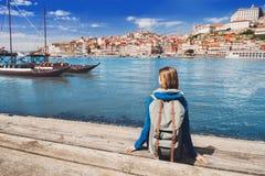 Jonge vrouwenreiziger die de Porto stad, Portugal bekijken reis en actief levensstijlconcept stock foto
