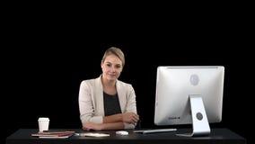 Jonge vrouwenschoonheid die en aan camera, alfakanaal kijken glimlachen stock footage