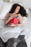 Jonge vrouwenslaap in bed thuis. royalty-vrije stock afbeelding