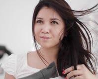 Jonge vrouwenslag die haar haar droogt Royalty-vrije Stock Foto
