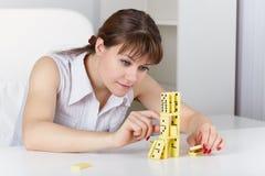 Jonge vrouwenspelen met domino's royalty-vrije stock foto's