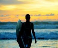 Jonge vrouwensurfer met raad Royalty-vrije Stock Fotografie