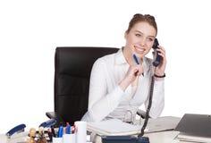 Jonge vrouwentelefoons bij het bureau Stock Fotografie