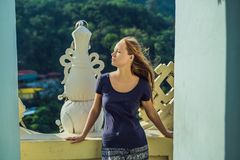 Jonge vrouwentoerist in Boeddhistische tempel Kek Lok Si in Penang, Maleisië, Georgetown royalty-vrije stock afbeeldingen