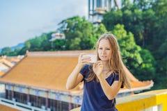 Jonge vrouwentoerist in Boeddhistische tempel Kek Lok Si in Penang, Maleisië, Georgetown royalty-vrije stock afbeelding