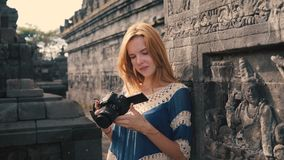 Jonge vrouwentoerist in Borobudur-tempel stock footage