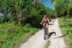 Jonge vrouwentoerist op de fiets Stock Afbeeldingen