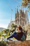 Jonge vrouwentoerist voor het beroemde Sagrada Familia ori?ntatiepunt in Barcelona stock foto's