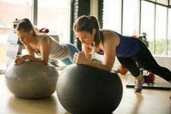 Jonge vrouwentraining in gezonde club royalty-vrije stock foto's