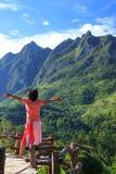 Jonge vrouwentribune op een balkon die de berg bekijken royalty-vrije stock foto's