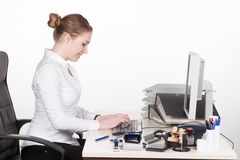 Jonge vrouwentypes bij het toetsenbord Stock Foto's