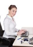 Jonge vrouwentypes bij het toetsenbord Stock Afbeeldingen