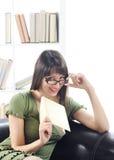 Jonge vrouwenvrouw met boek Royalty-vrije Stock Foto's