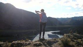 Jonge vrouwenwandelaar die foto met slimme telefoon nemen bij berg piekklip met de gevolgen van de zongloed 3840x2160 stock footage