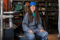 jonge vrouwenwerktuigkundige in een workshop stock foto's