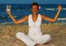 Jonge vrouwenzetel op strand Royalty-vrije Stock Foto's