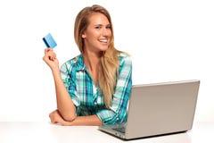 Jonge Vrouwenzitting bij het bureau die online winkelen Royalty-vrije Stock Foto's