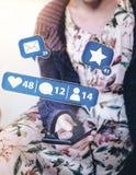 Jonge vrouwenzitting buiten op portiek die smartphone met het sociale media berichten hangen gebruiken royalty-vrije stock afbeelding