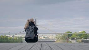 Jonge vrouwenzitting in de straat stock videobeelden