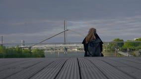 Jonge vrouwenzitting in de straat stock video