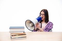 Jonge vrouwenzitting en het schreeuwen in megafoon Royalty-vrije Stock Fotografie