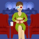 Jonge vrouwenzitting met popcorn in bioscoop die op het 3D film glimlachen letten Stock Illustratie